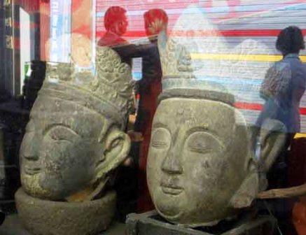 KOREA-ITAW0N-buddhas-glass-reflection-s